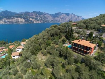 Guesthouse Large Home with Enchanting Lake View - Loncrini