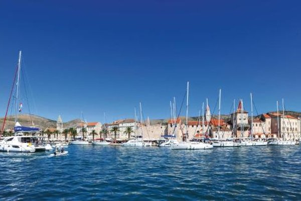 Two-Bedroom Apartment with Sea View in Okrug Gornji - фото 4