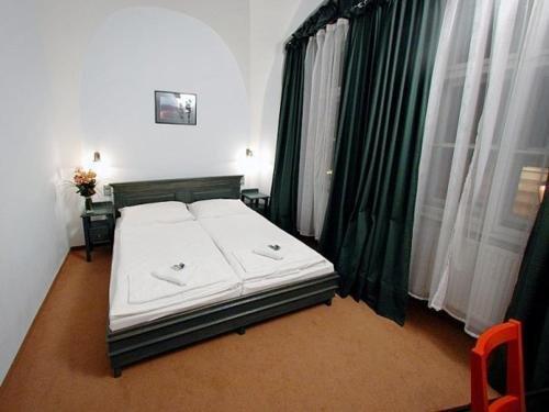 U Cervene zidle - Red Chair Hotel - фото 1