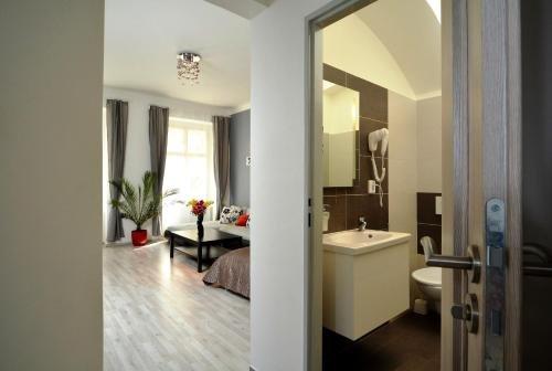 Navratilova Apartments - фото 17