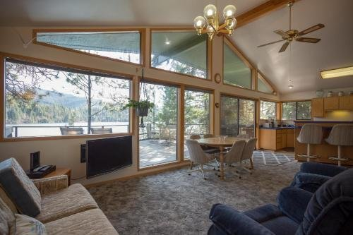 Photo of 3 Bed 2 Bath Vacation home in Lake Coeur d'Alene