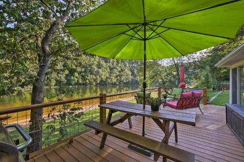 Photo of Cozy Waterfront Cottage with Deck on the White River!