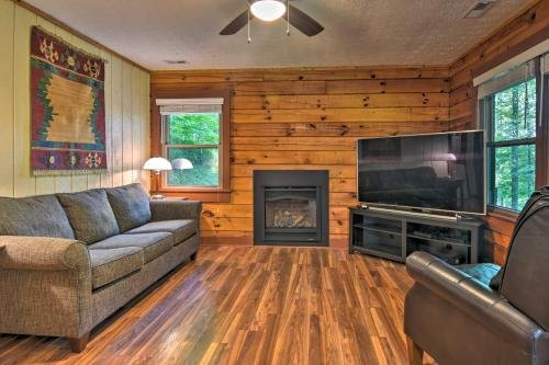 Photo of Clyde Cabin with Porch - Mins to Smoky Mountains