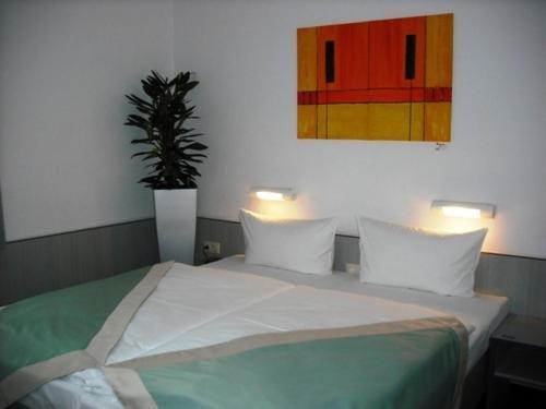 Port Inn Hotel - фото 4