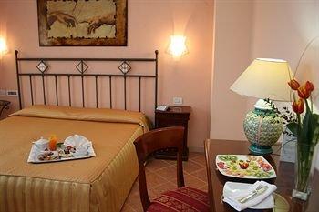 Emmaus Hotel - фото 2