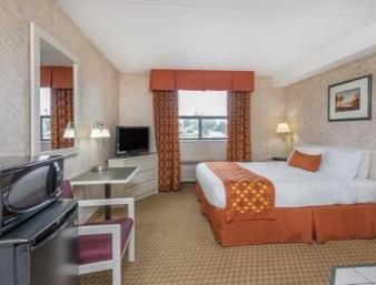 Ramada Limited South Windsor Hotel - фото 4