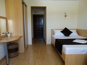 Emigrant Mini Hotel - фото 1