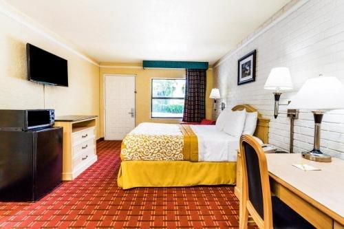 Photo of Days Inn & Suites by Wyndham Altamonte Springs