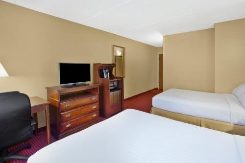 Photo of Holiday Inn Express Irwin-PA Turnpike Exit 67, an IHG Hotel
