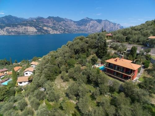 Large Home with Enchanting Lake View - Loncrini - фото 22