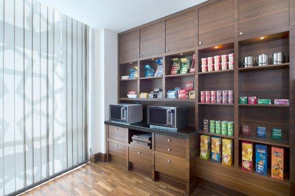 Hilton Garden Inn Dubai Al Muraqabat - фото 9