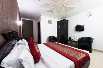 Airport Hotel Noratan Palace - фото 1
